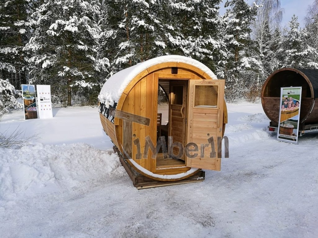 Außentonne-Sauna mit vollem Panoramafenster im Winter