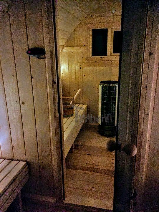 DIY Outdoor-Sauna-Projekt - Umkleideraum mit Glastüren zwischendurch